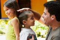 97144929_RESTRICTED_Father_comparing_children_height_(1)-xlarge_trans++eo_i_u9APj8RuoebjoAHt0k9u7HhRJvuo-ZLenGRumA